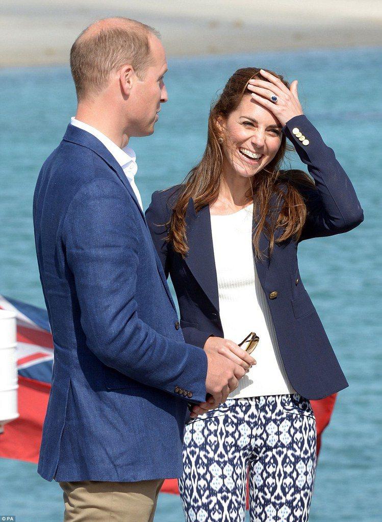 凱特王妃穿Gap印花九分褲陪伴威廉王子出訪,手上的藍寶石鑽石訂婚戒相當耀眼。圖╱...
