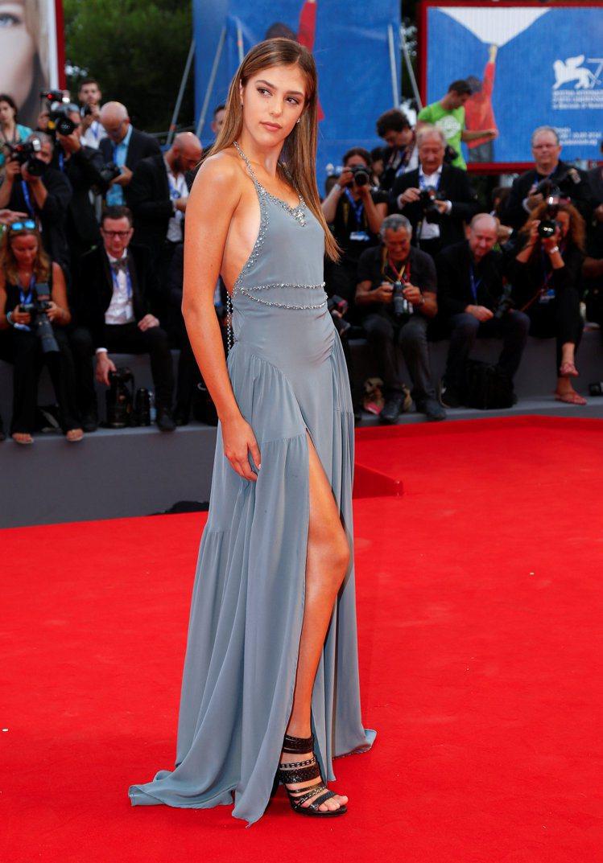 維斯史特龍的18歲女兒西絲汀走在威尼斯影展紅地毯上吸引眾人目光。圖/路透提供
