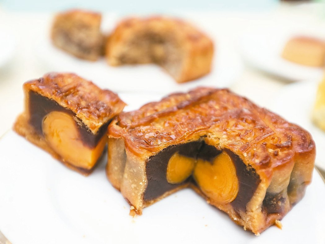 中秋節快到了,市售的廣式月餅、蛋黃酥、鳳梨酥熱量高。。 記者黃威彬/攝影