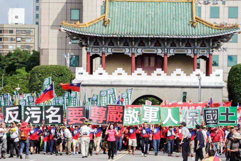 遊行現場有各式團體,手上標語不一,包含「釣魚台是我們的」、「假改革真消滅中華民國...