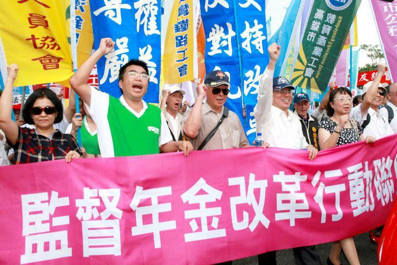 軍公教遊行發起人李來希(右三)認為年金改革不能溯及既往。 攝影/黃義書