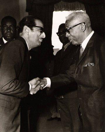 過去被天主教信仰打壓的巫毒教,成為海地獨裁者老杜利瓦埃(右)拉攏利用的對象。...