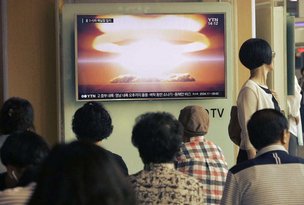 更新:2016年9月9日,北韓官方宣稱「成功試爆核彈」。圖為收看緊急轉播的南韓民...