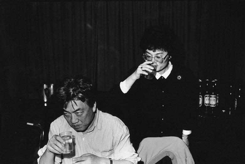 季季(右)曾在《行走的樹》一書中寫下當年陳映真因「民主台灣聯盟」而入獄的往事。 圖/印刻提供