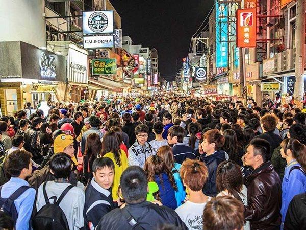 文化路夜市今年起實施「夜間徒步區」,逛街舒適度不輸外地。 圖/嘉市府提供