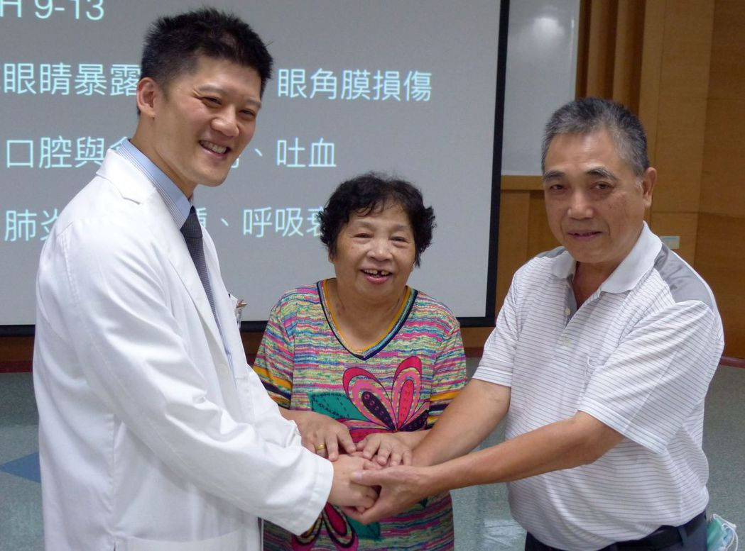 郭姓阿嬤(中)在丈夫(右)的陪同下,感謝 林新醫院醫師林明輝等醫療團隊的救命之...