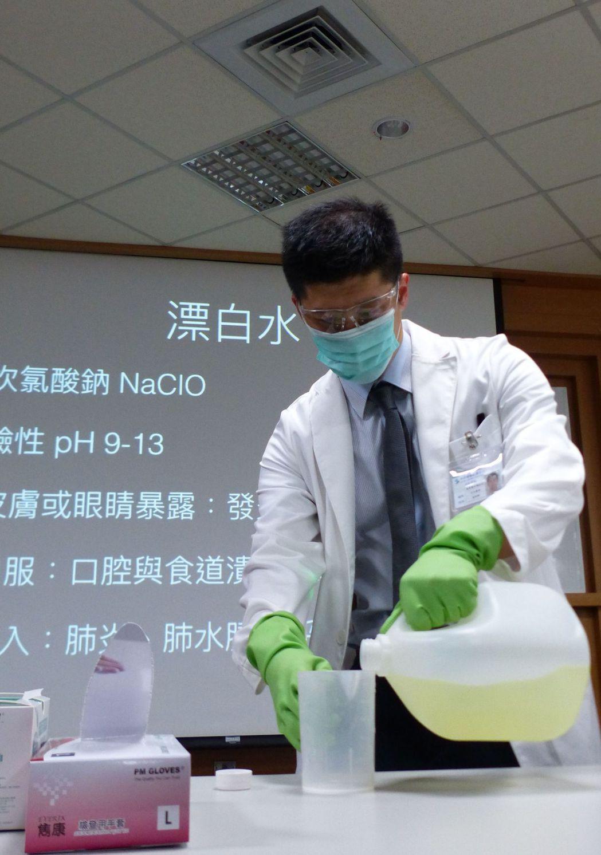 醫師林明輝示範正確使用漂白水,要戴口罩、工作手套,從包裝掌握使用量,以及在通風場...
