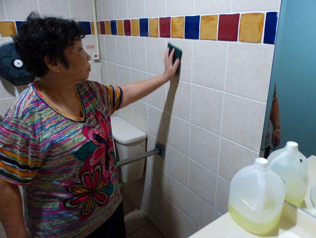郭姓阿嬤說明,她在廁所內使用漂白水,沒想到這麼嚴重。記者趙容萱/攝影