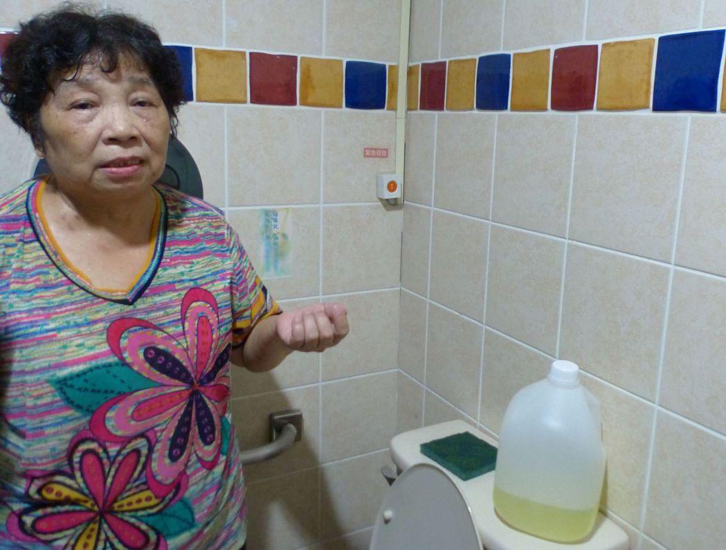 郭姓阿嬤說,她沒想到只是洗廁所用漂白水,結果命危、住院50天。記者趙容萱/攝影