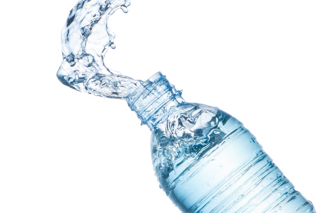 嘴對瓶口接觸飲水,容易讓口腔細菌進入。 圖/shutterstock