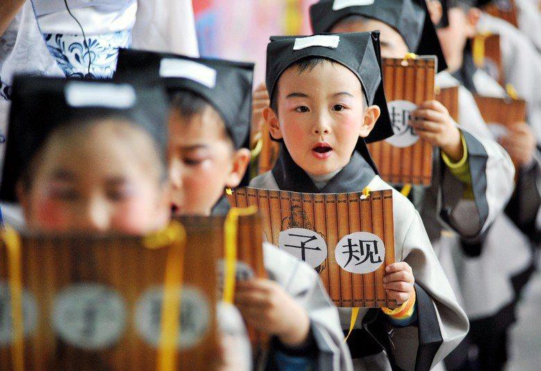 圖為中國學童朗誦《弟子規》。 圖/新華社