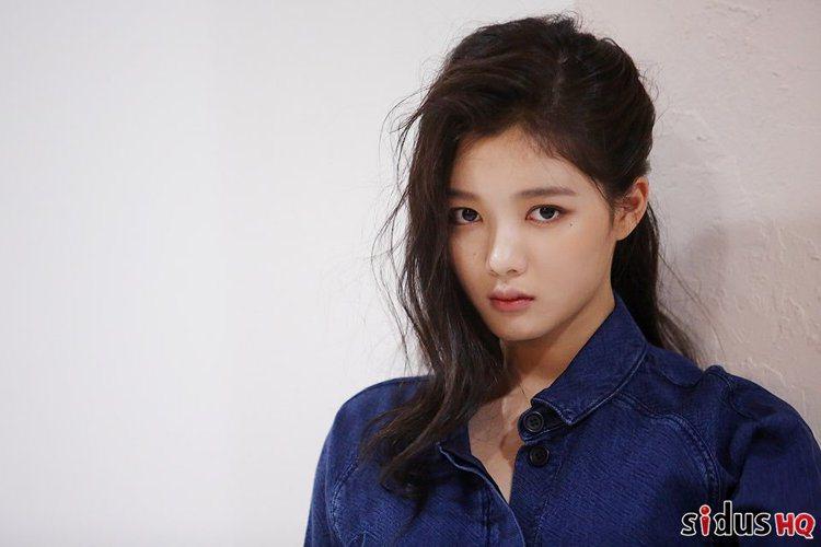 就算是拍攝畫報,韓國新世代女神的妝容還是走青春淡雅的路線,沒有太多精雕細琢的痕跡...