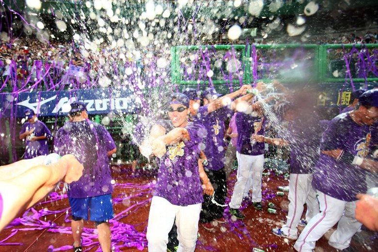 2013年義大犀牛奪下上半季季冠軍,圖為球員開香檳慶祝的畫面,在義大犀牛轉賣後,...