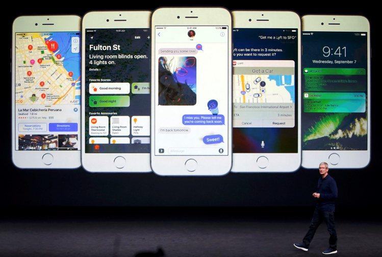 蘋果在發表會上發表新款智慧手機iPhone 7。圖/路透社