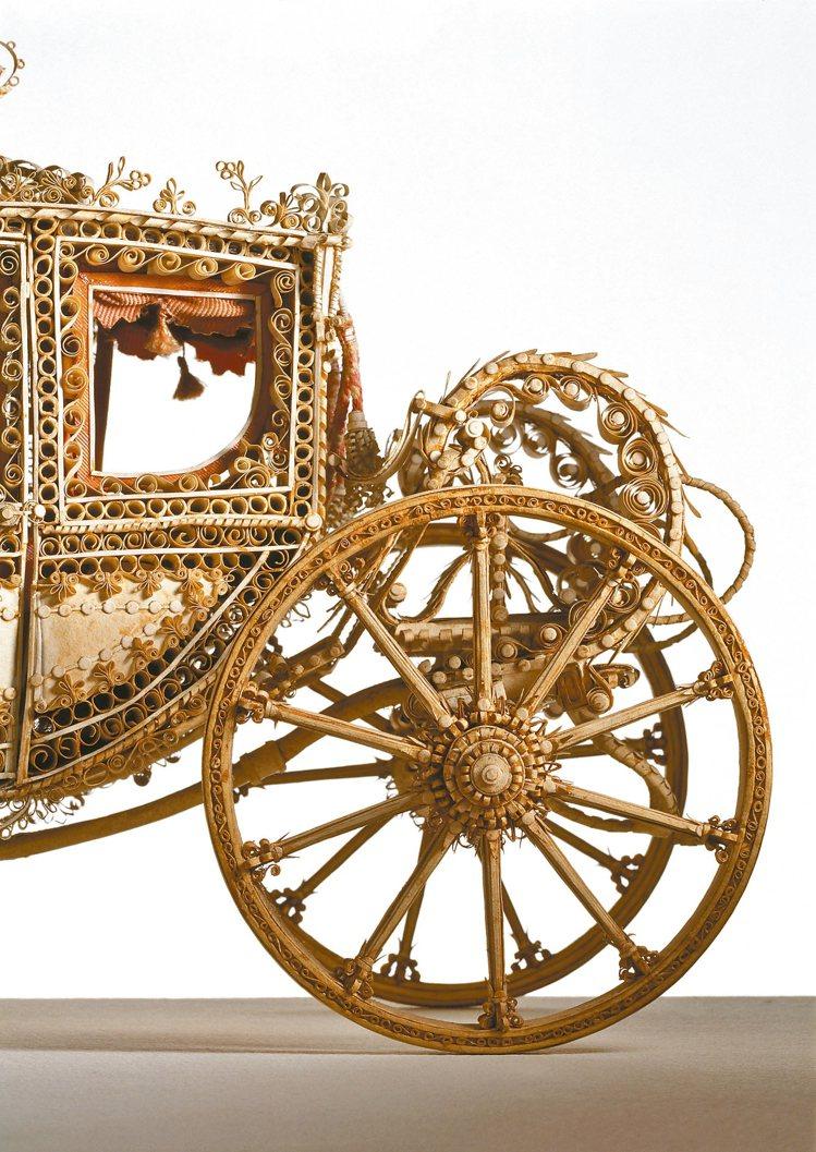 館內收藏了許多珍貴的馬具、馬術相關骨董以及藝術品,此為18世紀修女手工紙捲馬車。...