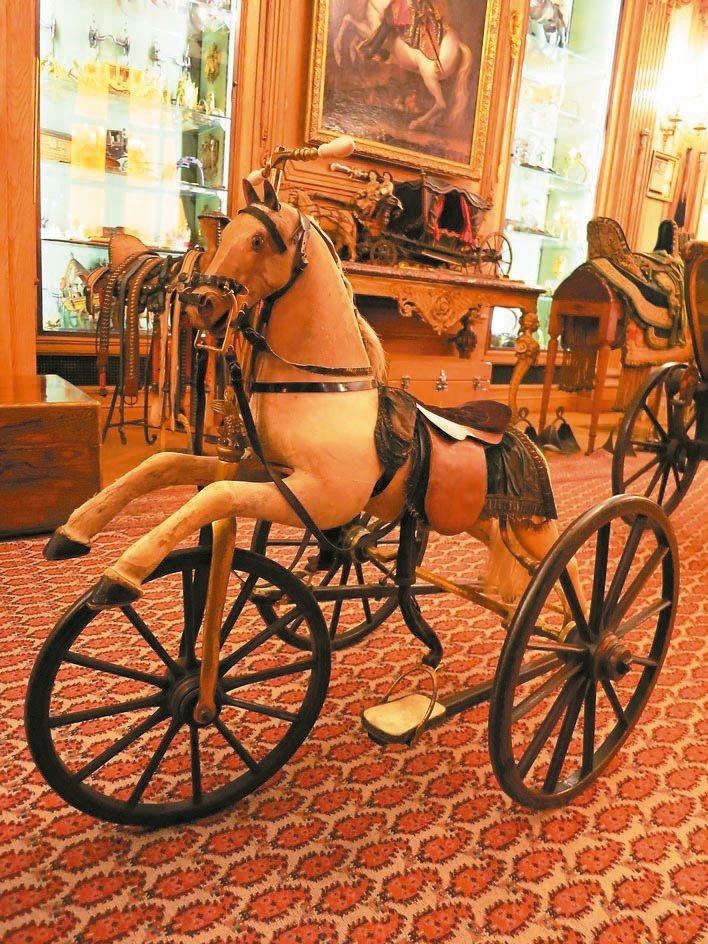 愛馬仕為拿破崙三世的兒子Louis訂製的玩具馬車。 圖/陳若齡攝影、愛馬仕提供