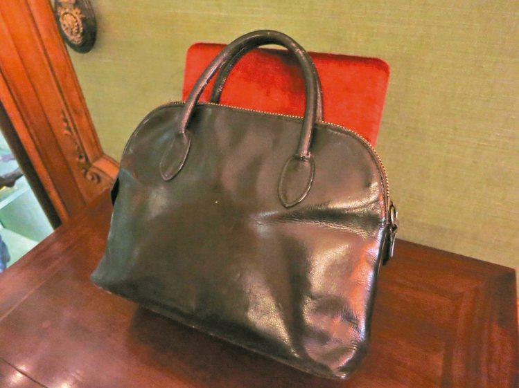 Emile Hermes為太太特別訂製的女性用包,這也是當時第一個拉鍊結合皮革的...