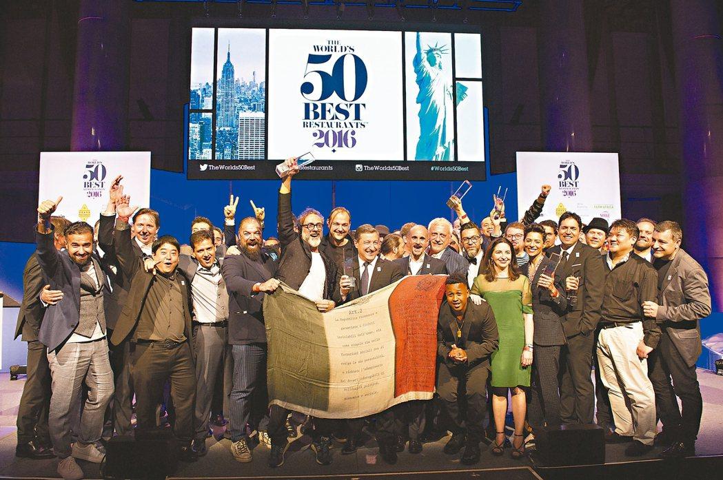 獲選進入2016年全球最佳50餐廳的名廚們齊聚在頒獎典禮上合影。圖/Worl...