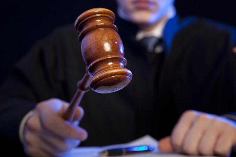 「勇夫護孕妻打死賊」判決出爐後,何男以防衛過當判以兩個月有期徒刑,質疑恐龍法官的...