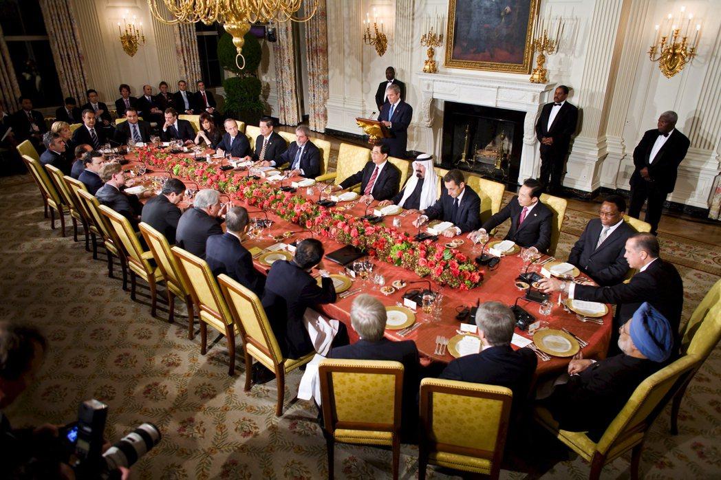 2008年美國次級房貸風暴引發國際金融海嘯,G20會員國決定將會議層級從「部長級...