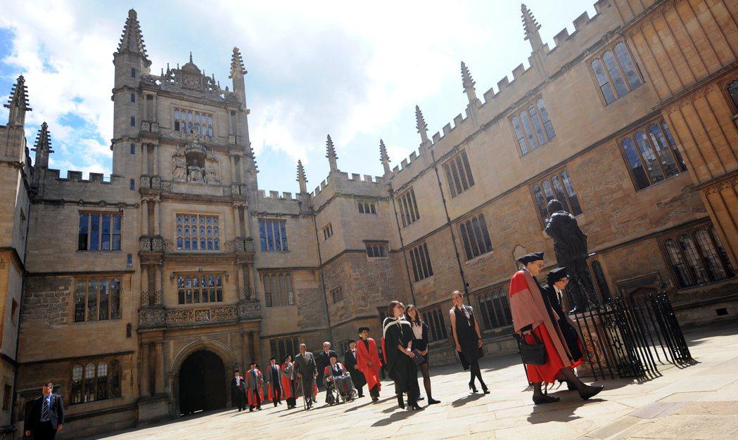 牛津大學在英國政治界菁英的影響力,也隨著帝國的威望而踏遍國際。圖為2012年回到...