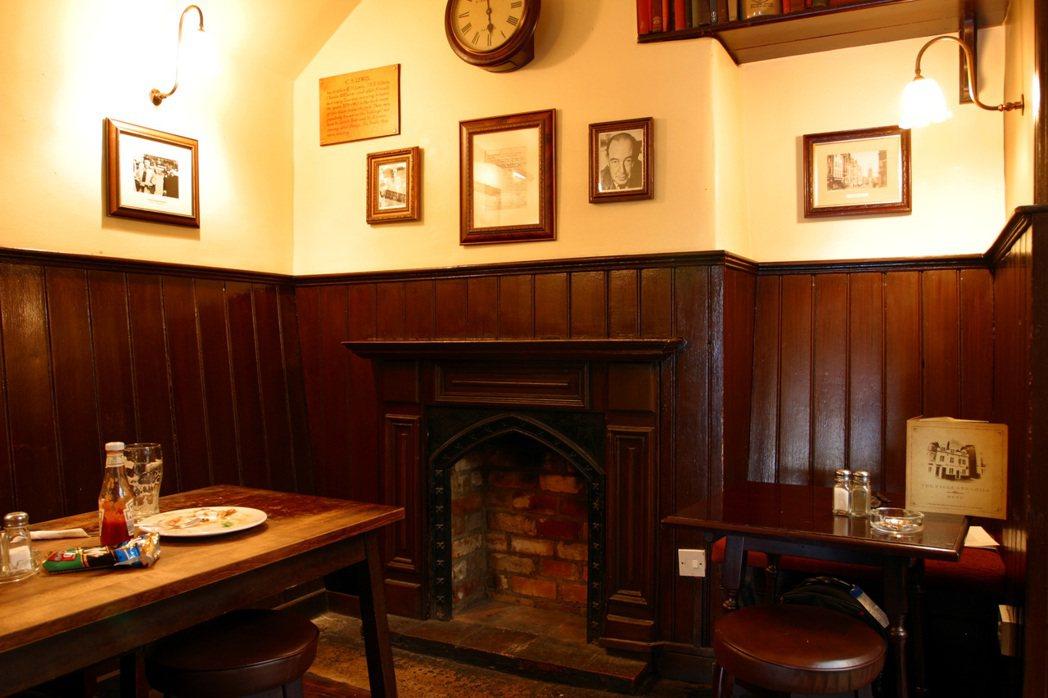 鎮民的酒吧就單純地是當地居民放鬆喝酒歡聚的所在,但紳民的酒吧卻是承擔「學術知識碰...
