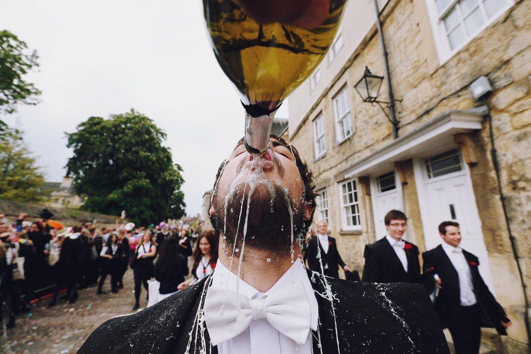 縱使械鬥的狀況已不常見,但不同階級的階級處境仍讓牛津的「鎮民與紳民之爭」綿延之今...