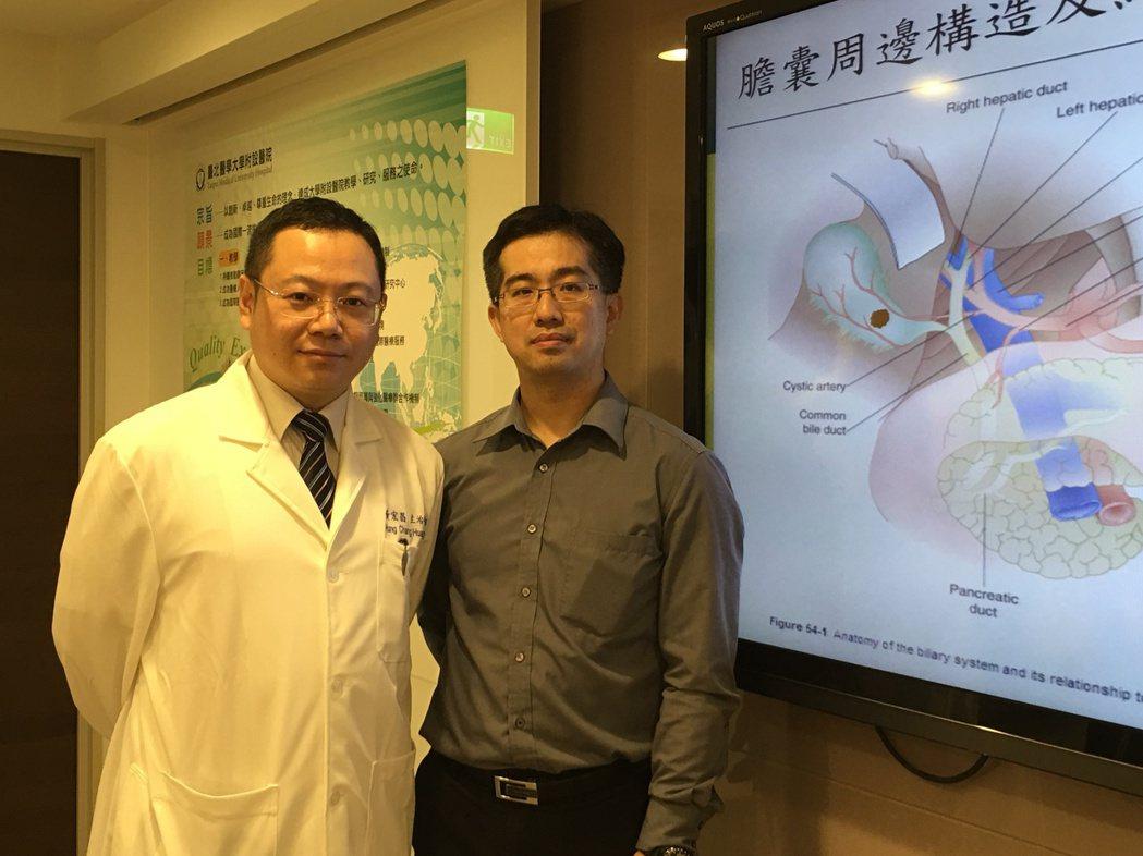 徐先生(右)參加公司員工旅遊期間,急性膽囊炎發作,回台後由醫師黃宏昌(左)協助進...