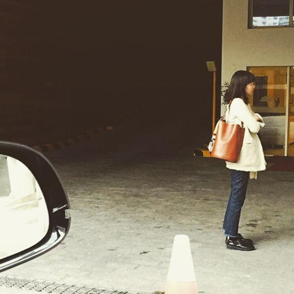 孔曉振私下也背「Hyo Bag」水桶包。圖/摘自rovvxhyo IG