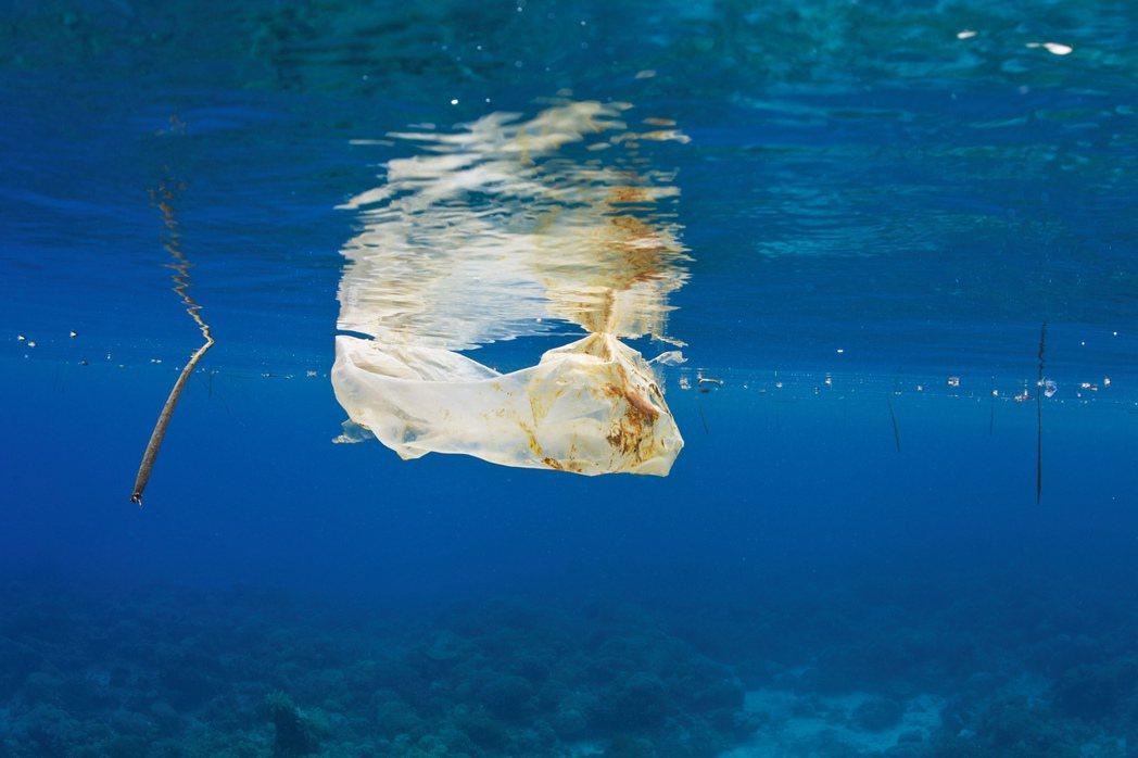 一百年過去了,「塑膠」除了變成我們每日幾乎不可或缺的生活必需品之外,它也占據了整...
