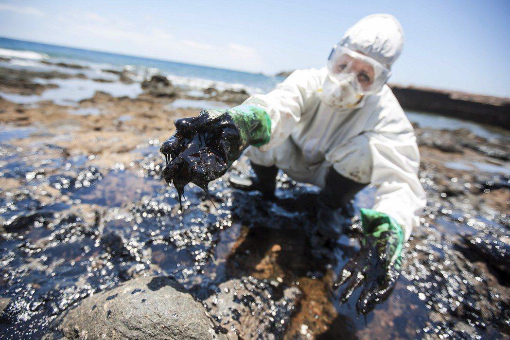 塑膠產業建立在日漸難取得的石油之上,從塑膠本身的原料、生產過程到產品運輸,都需要...