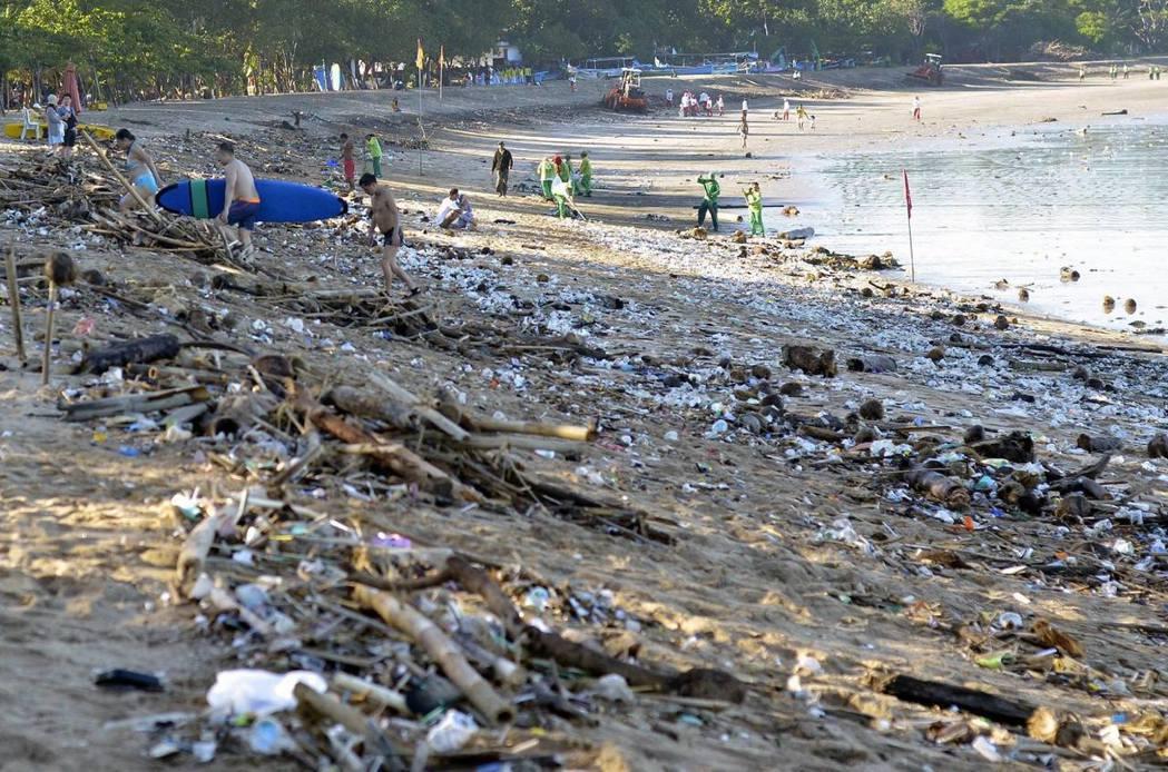 印尼峇里島南端的庫塔海灘。包括300萬名本地居民與每日破百萬人次的觀光客在內,峇...