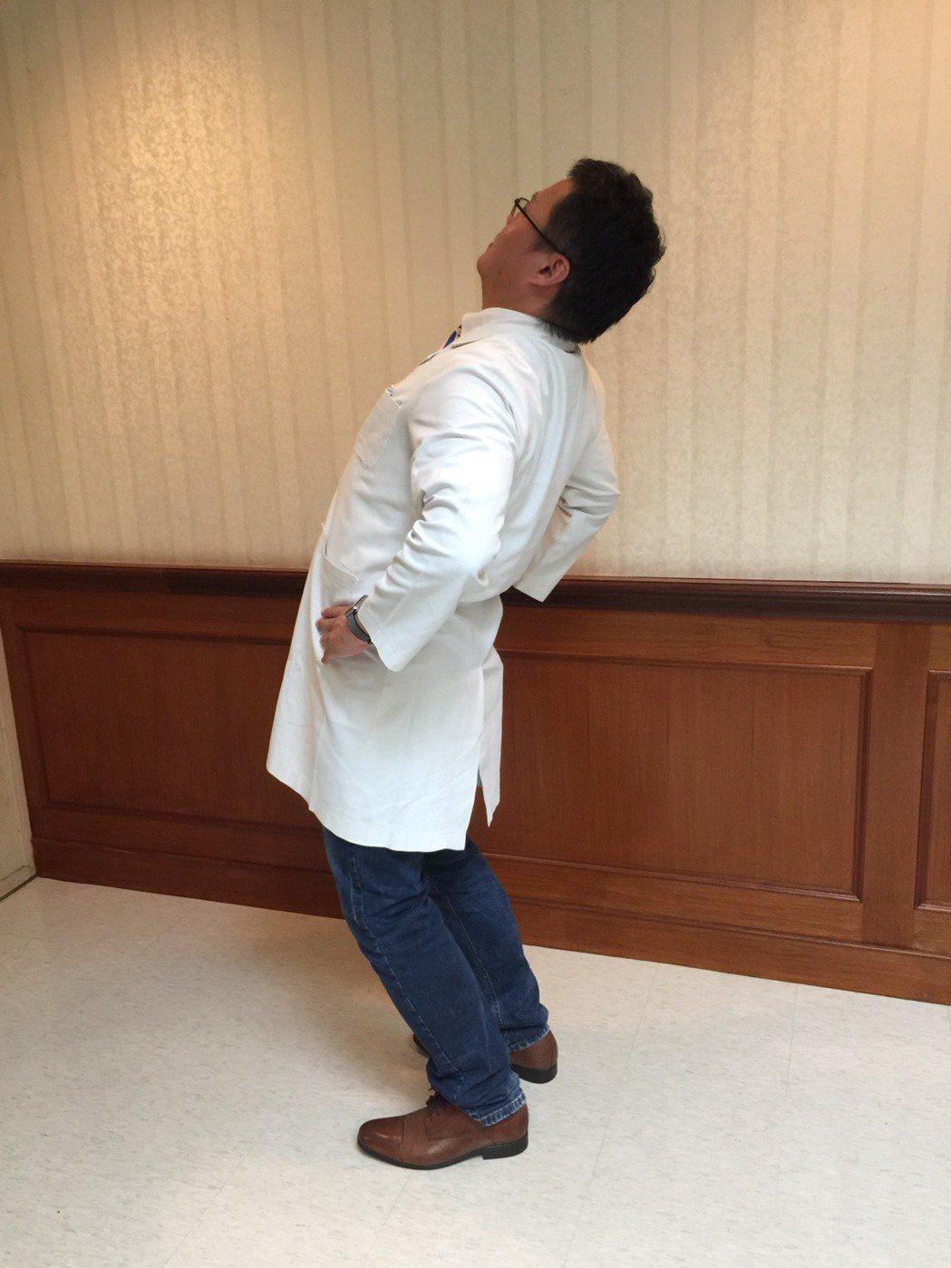 「腰部暖身操」第二步雙手叉腰背部往後仰。記者陳雨鑫/攝影