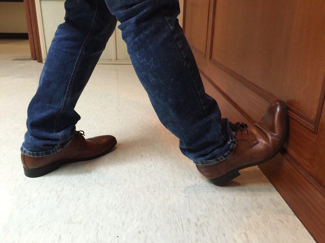 預防阿基里斯腱斷裂,可以在運動前先做「踏牆足尖上翹」,每次維持15秒以上。記者陳...