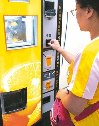 從鮮果汁機引進台灣後,現在又颳起現做、限量的奶茶販賣機旋風,但有不少學者對此類販...