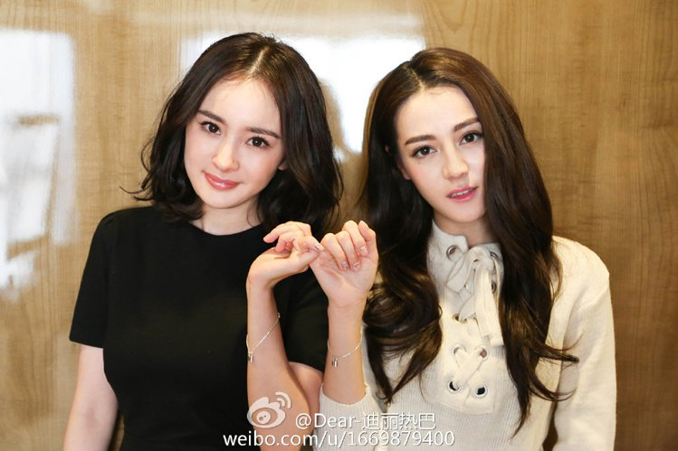 楊冪(左)常以一頭中分髮亮相,想和她們一樣有女神風範嗎?先來個中分頭再說。圖/擷...