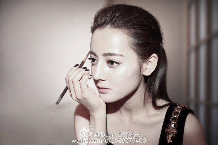 中國大陸新人女演員「迪麗熱巴」,看似混血外國女孩的精緻臉孔,其實是中國維吾爾族血...