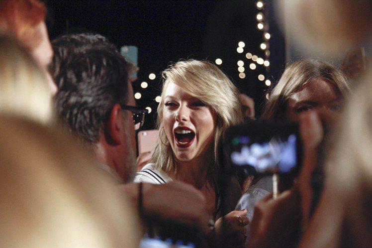 泰勒絲開懷參加TOMMY HILFIGER即看即買系列發表。圖/達志影像
