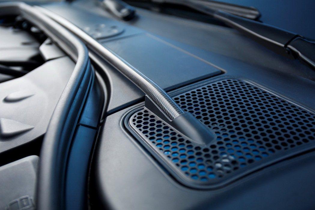 專屬Polestar碳纖維引擎室拉桿可有效幫助 V60 Polestar車身穩定...