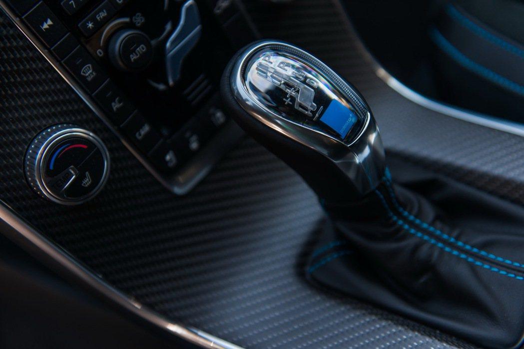 V60 Polestar具備Polestar專屬中控台碳纖維裝飾面板和含藍色背光...