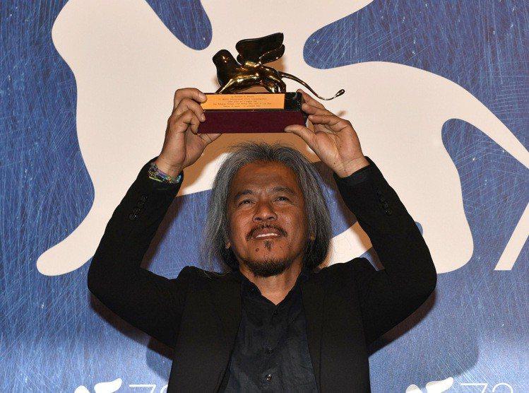 菲律賓導演拉夫狄亞茲以「離開的女人」拿下威尼斯最佳影片金獅獎。圖/美聯社
