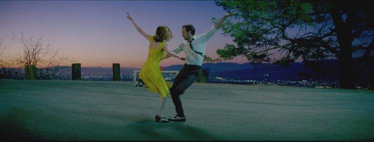 女星艾瑪史東(左)以「樂來樂愛你」贏得威尼斯影后。圖/CatchPlay提供