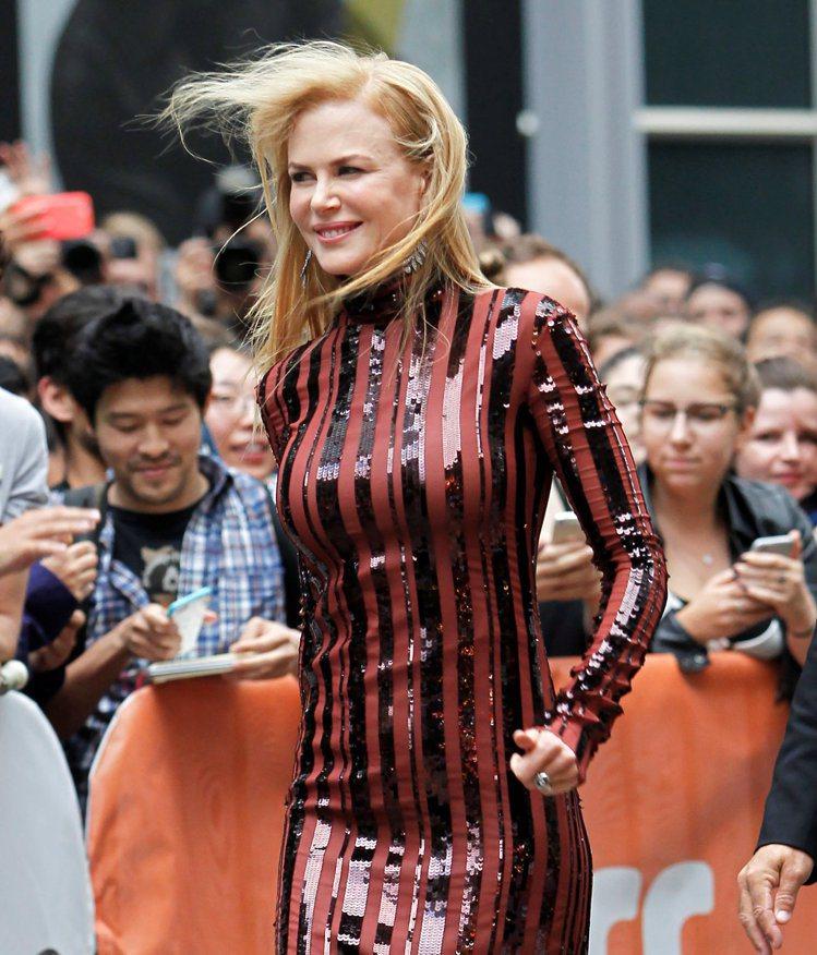 妮可基嫚在多倫多影展紅毯被風吹亂頭髮。圖/路透社