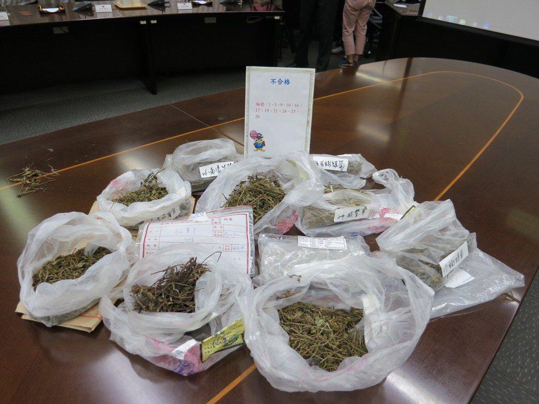 消保處今天公布抽查30件市售青草茶原料進行農藥殘留檢驗結果,11件不符合規定。記...