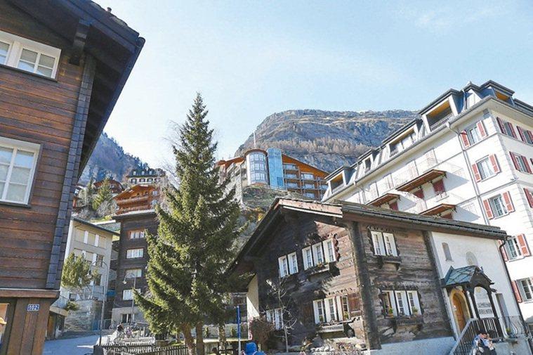 瑞士策馬特(Zermatt)最引以為傲的,是座禁止汽車進入的山城,只見電動車、腳...
