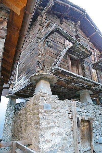 策馬特保留的古早防鼠香菇屋。 記者羅建怡/攝影