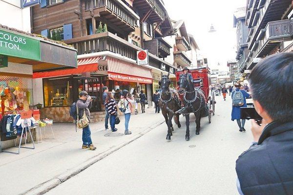 馬車為策馬特的班霍夫大道帶來電影感。 記者羅建怡/攝影