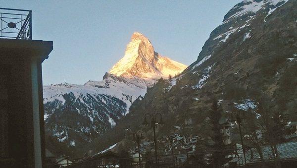 4478公尺高的美麗巨石,在策馬特看日出,馬特洪峰金光閃閃。 記者羅建怡/攝影