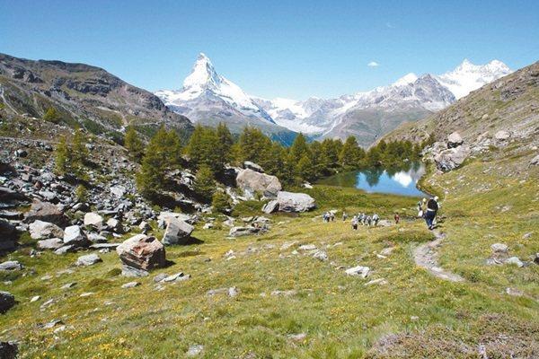 阿爾卑斯山提供了各種接近自然的方法,健行也是其中之一。 圖╱策馬特旅遊局提供