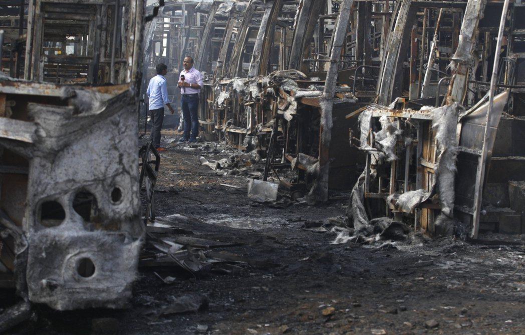 班加羅爾的暴民,在車站縱火,焚毀了一排掛著塔米爾車牌的巴士。 圖/美聯社